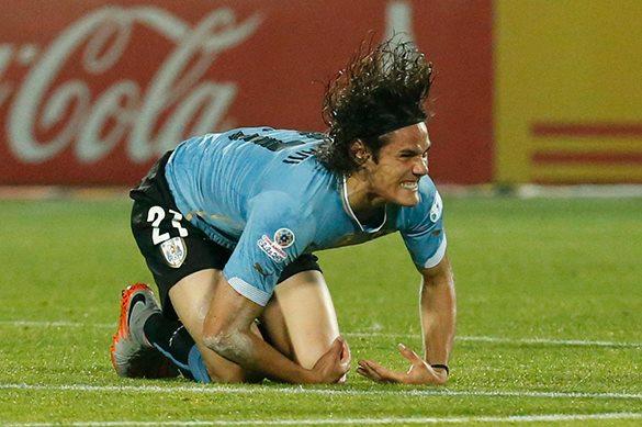 Форварда сборной Уругвая удалили за удар соперника, который пытался проникнуть в его задний проход пальцем. Нападающий Кавани
