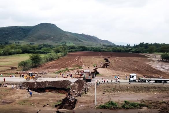 Будет две Африки: на видео сняли делящую материк огромную трещину. Будет две Африки: на видео сняли делящую материк огромную трещин