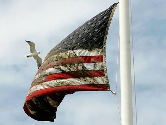 Народный ответ на санкции: москвичи вытирают ноги об американский флаг. 307532.jpeg