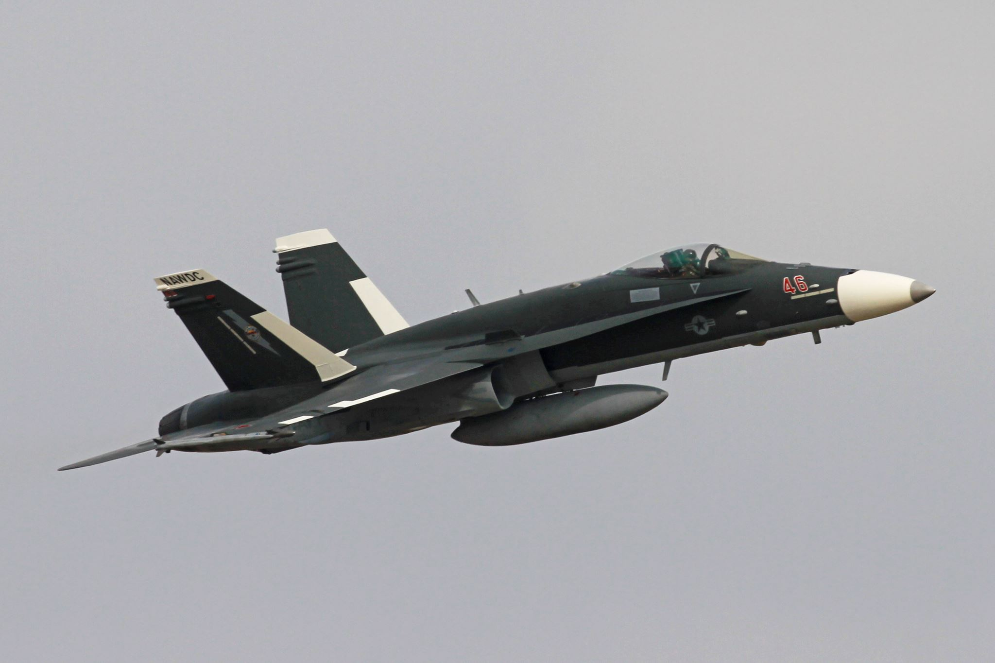 США перекрасили F/A-18 под