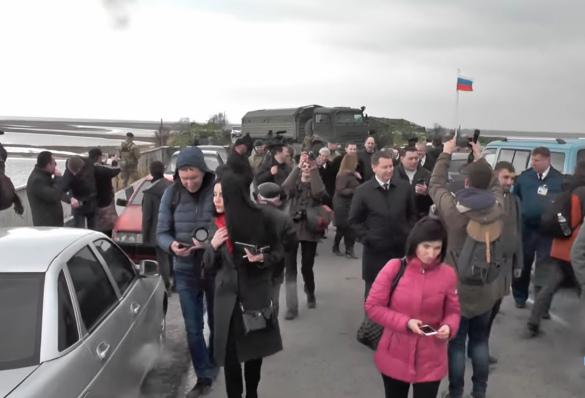 Бравая делегация Украины пришла к КПП у Крыма, но разбежалась, з