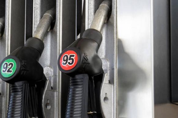 Цены на бензин в России заморозили до 1 июля.