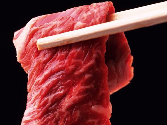 мясо сырое в щипцах