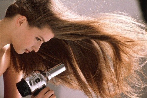 Ученые: Фен вредит волосам менее , чем естественная сушка