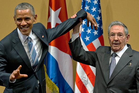 Рауль Кастро не дал Обаме похлопать себя по плечу