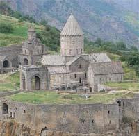 В Армении скончался архиепископ Нерсес Позапалян