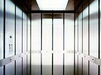 Объезжая район с инспекцией, чиновники застряли в лифте