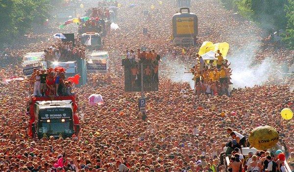 Германия: футбольных фанатов сменят любвеобильные «рейверы». Это – знаменитый берлинский Love parade!
