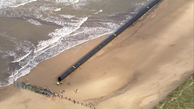 Гигантские трубы, выброшенные приливом на берег моря, шокировали англичан. трубы