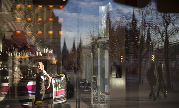 В Москве зафиксирован рекорд температуры и атмосферного давления. Отражение в витрине кафе