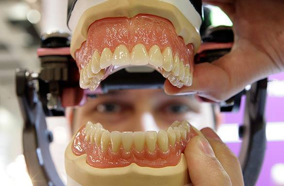 Стоматолог, удалившая пациентке 22 здоровых зуба, скрывается от
