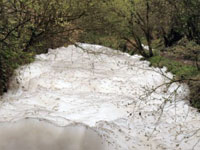 Эксперты признали пену в московской реке Очаковке неопасной