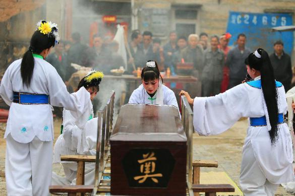 Китайских крестьян попросили не нанимать стриптизерш на похороны. Китайских крестьян попросили не нанимать стриптизерш на похороны