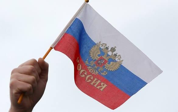 Осквернитель флага России у Кремля сбежал на Украину