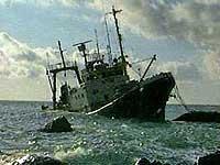 Экипаж буксира спас тонувшую рыболовную шхуну