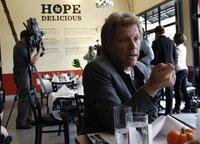 Рокер Бон Джови открыл ресторан для бедных. jovi