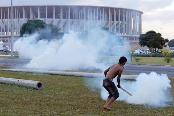 Бразильские власти травят противников Чемпионата мира по футболу слезоточивым газом. Бразильские власти травят противников Чемпионата мира по футболу