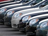 Продажи новых автомобилей в России упали в два раза