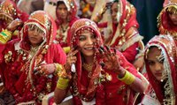 Более 40 пар устроили массовую свадьбу в Индии. india