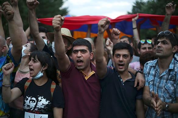Глава полиции Армении: Верховному главнокомандующему требования не предъявляют!. Протест в Ереване