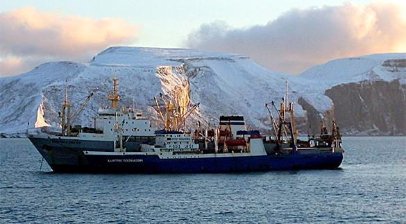 Украина с начала февраля удерживает судно с российским экипажем. Траулер в порту