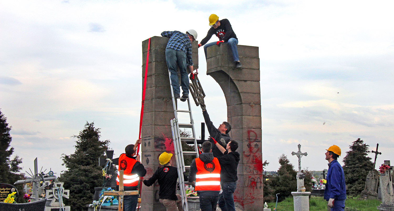 Обломками памятника УПА* утрамбовали дорогу в Польше. Обломками памятника УПА* утрамбовали дорогу в Польше