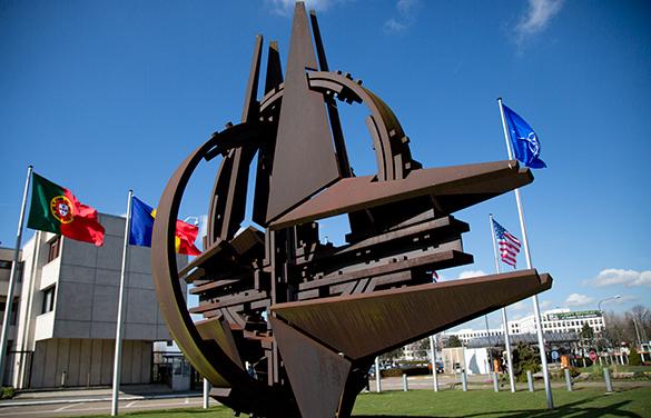 НАТО отрицает военные планы против России. НАТО не будет соревноваться с Россией
