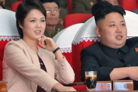 Ким Чен Ын прокатился по ночному городу на троллейбусе. Ким Чен Ын прокатился по ночному городу на троллейбусе
