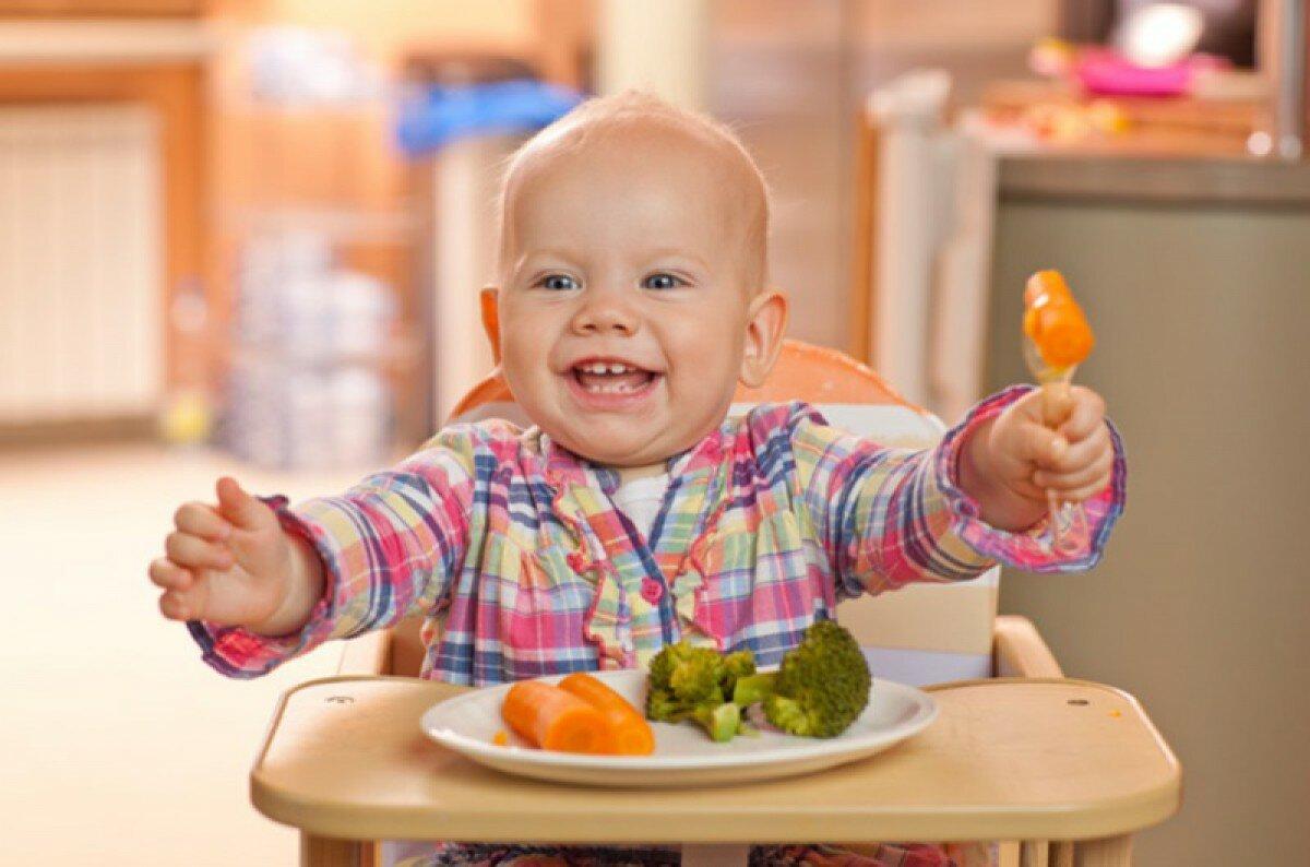Миссия прикорм. Готовить или покупать. Малыш ест из тарелки