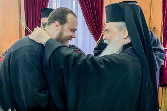 Иерусалимский патриарх принял членов УПЦ после отмены встречи с Порошенко.