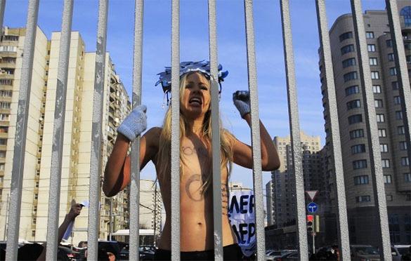 Полуголая FEMENистка на Рождество заявила Ватикану, что