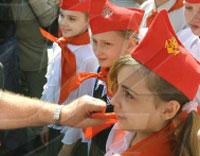 На Красной площади тысячи школьников были приняты в пионеры