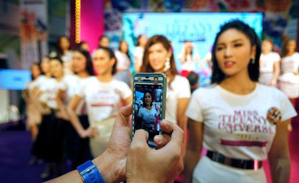 Тайские транссексуалы улыбчивы и любят фотографироваться. конкурс красоты транссексуалов в Таиланде