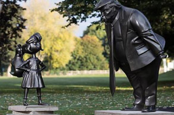 В Британии появилась статуя Трампа, угрожающего маленькой девочке. 392618.jpeg