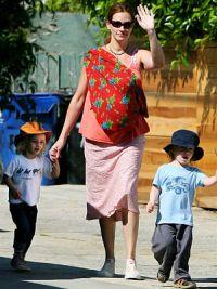 По словам актрисы, она не водит детей по Макдоналдсам, а кормит