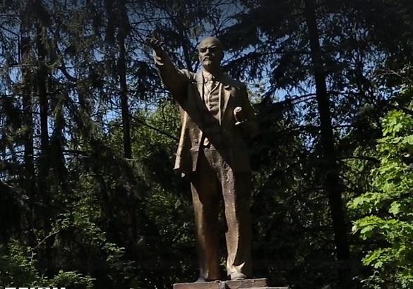 ВКиеве впромзоне снесли последний монумент Ленину