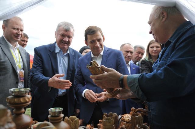 Торт в виде герба региона преподнесли врио губернатора Свердловской области. Торт в виде герба региона преподнесли врио губернатора Свердловс