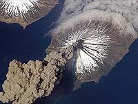 Сразу два камчатских вулкана выдохнули газ и пепел