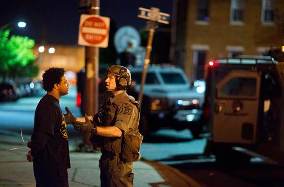 Протестующие в Балтиморе разошлись по домам,  полицией  задержано 10 человек. Протестующие в Балтиморе разошлись по домам