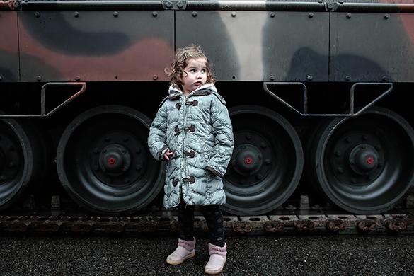 Греция отметила День независимости военным парадом. девочка, танк