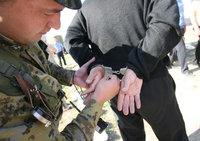 Двое полицейских торговали наркотиками в Шереметьеве. naruchniki