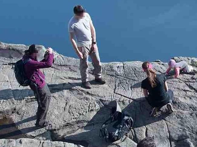 Мать поставила ребёнка на край 604-метровой скалы ради эффектного фото .