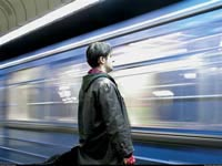 Мужчина упал под поезд метро в Петербурге