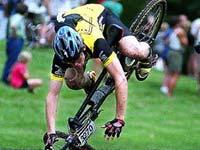 В Италии велогонщик сорвался в ущелье