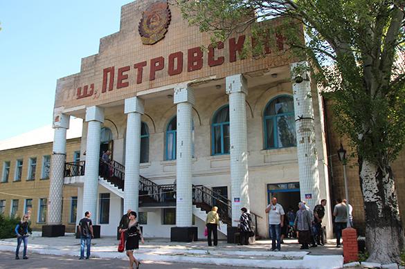 Донецк получил звание города-героя и побратался с Симферополем. Донецк получил звание города-героя и побратался с Симферополем
