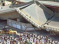 Рухнув, бетонная эстакада раздавила десятки машин и автобус