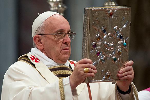 Сразу два Папы Римских провели воскресную мессу в Ватикане.