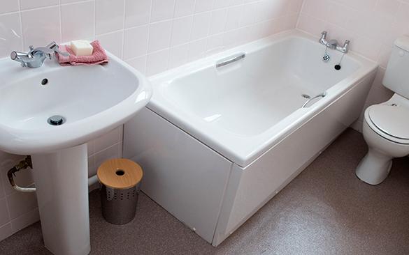 Россиянин утонул в собственной ванне с банкой пива в руке. ванна, туалет