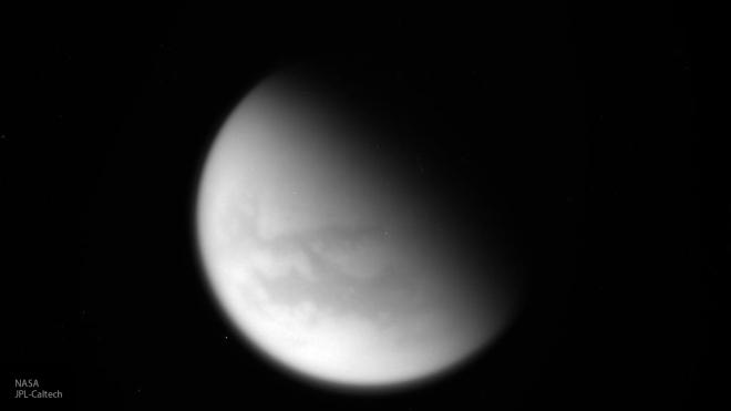 Cassini пролетел между кольцами Сатурна и снял его спутник Титан