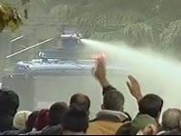 Противников Чавеса обстреляли из водометов